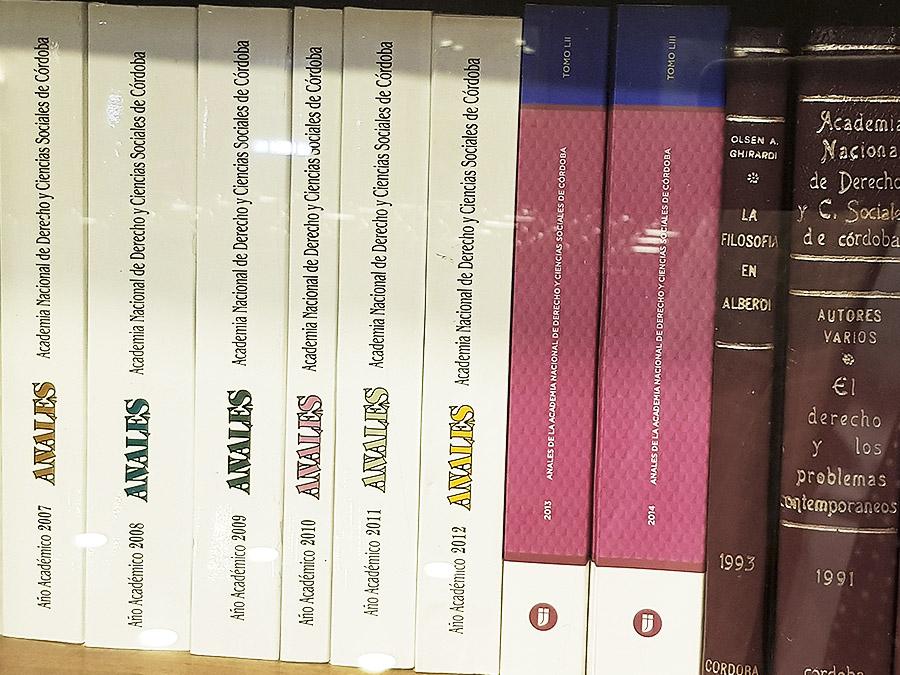 Biblioteca con ediciones de la Academia